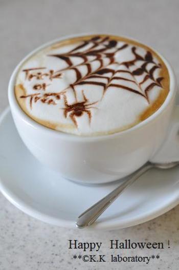 ホットのカフェラテに、チョコレートソースと串でクモの巣とクモを描いたラテアート。リンク先には動画もあり、描き方がイメージしやすいです。