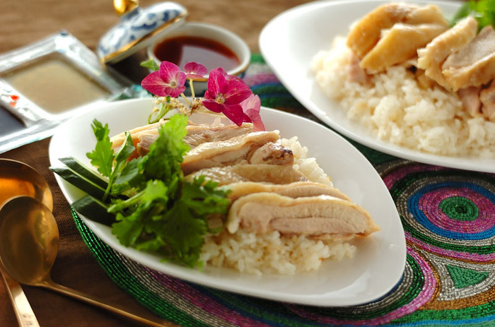 炊飯器で作る海南鶏飯。美味しく作るコツは、お米を洗うときに白濁しなくなるまで丁寧に荒い、良質の水を使うこと。ちょっとした手間で、より美味しい海南鶏飯に♪
