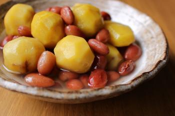 箸休めに。栗と金時豆の甘煮はいかがでしょう。米あめを使うことでツヤをプラス。ホクホクとした栗と金時豆の優しい甘みが楽しめ、お茶請けやお子さんのおやつにもピッタリ。