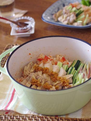 鶏肉と相性の良いトマトで作るトマト風味の海南鶏飯。無水鍋を使用することで、鶏肉とトマトの旨味がたっぷりとご飯に染み込み、いくらでも食べられそう。