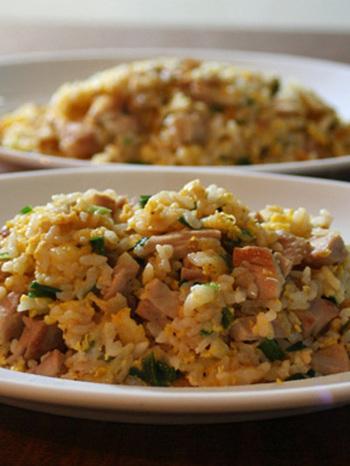海南鶏飯をチャーハンにアレンジした喜ばれレシピ。海南鶏飯をそのまま使い、簡単に美味しいチャーハンができるので、1日目は海南鶏飯、翌日のランチに海南鶏飯のチャーハンなど工夫するのも良さそう。