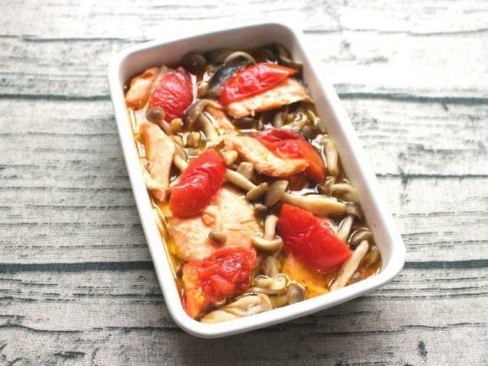 秋鮭も美味しいこの季節、たっぷりのきのことトマトを使ったアヒージョはいかがでしょうか?こちらのレシピの嬉しいポイントは、レンジで全て調理できるところ。以外にも鍋で作るよりも安全に、少ない油の量で作れておすすめです。