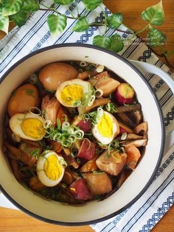 さつまいもやれんこん、ごぼうなど、秋野菜をたっぷり加えた豚の角煮のレシピです。お肉だけでなく、野菜もたっぷりと食べられるのが嬉しいですね。ご飯が進みそう!