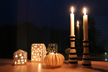 キャンドルの灯りは、その優しいゆらぎで人の心を解きほぐしてくれます。1日の終わりのほんのひととき、ろうそくの温かな光に包まれてみませんか?今回は、手作りキャンドルの作り方をはじめ、インテリアに取り入れたい素敵なキャンドルやキャンドルホルダーをご紹介します。