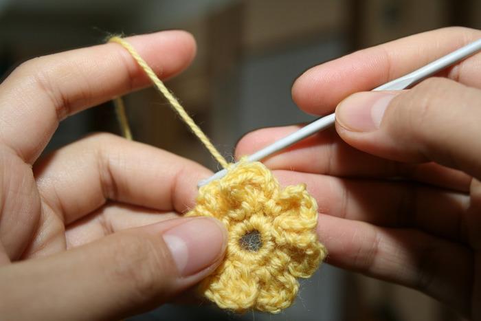 """編み針と毛糸があれば、気軽に始めることができる""""かぎ針編み""""。  レトロな印象の優しい味わいがあって、ソファーでくつろぎながら・音楽を聴きながら、と""""ながら編み""""ができるのが魅力です。"""