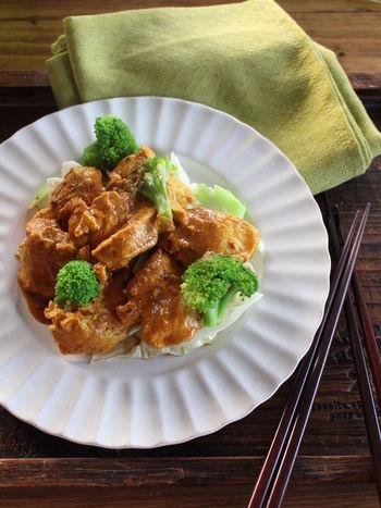 さっぱりとした鶏むね肉で作るタンドリーチキン。キャベツとブロッコリーの緑が見た目を華やかにし、しかも野菜もしっかりとれるので、心も身体も喜びそうなヘルシーなレシピです。