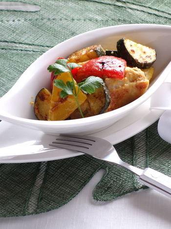 鶏のもも肉と野菜で作るタンドリーチキンも◎。ポイントはよくタレに漬け込むこと。一晩しっかり漬けておけば、あとは焼くだけで美味しいタンドリーチキンができるので、お休みの日の前の盤に仕込んでおけば、休日のブランチにオシャレなタンドリーチキンを、ワインと一緒にゆったり楽しめそう。