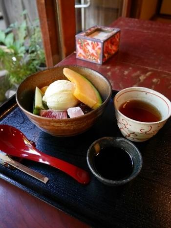 メニューは甘味が中心。中でも人気は、季節によってフルーツが変わるクリームあんみつです。たっぷりのフルーツ、あんこ、バニラアイスなどの上からまろやかな黒蜜をかけていただきます。静かな環境の中で、まったりくつろいでみてくださいね。