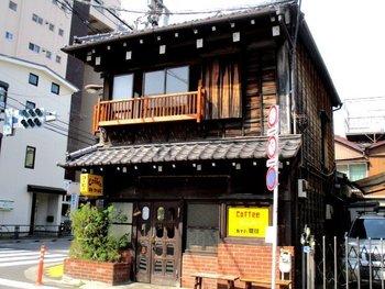 谷根千エリアの中心、上野桜木交差点のほど近くにある、外観も看板もレトロなカフェ。日暮里、鶯谷、千駄木、根津。どの駅からもそこそこ離れていますが、いつも行列ができる人気店です。