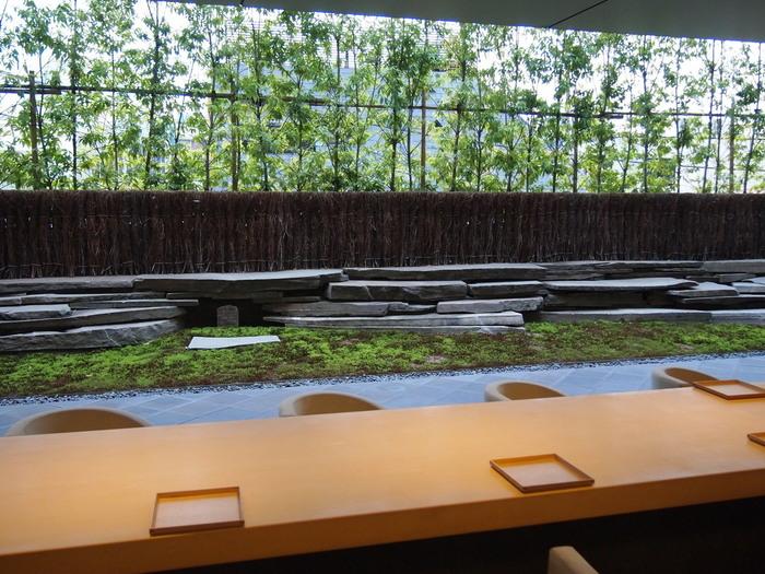 店内は、庭園を正面から臨めように長いテーブルが配されています。上段はカウンター、下段は向かい合って座れます。どちらのテーブルに座っても静かな庭園が見え、都会の喧噪が忘れられます。