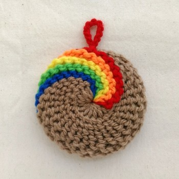 リネン色をした毛糸ベースにレインボーカラーを編み入れたアクリルたわし。ビビットな鮮やかさがインパクト大です。