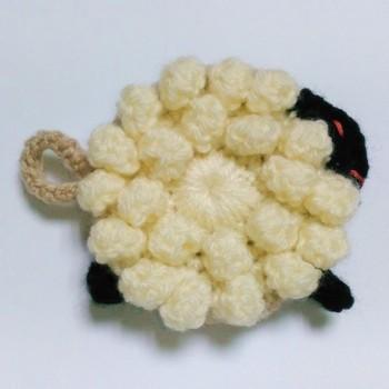 立体的にモコモコとした風合いがかわいい羊さんのアクリルたわし。小さな足と赤いおめめがとってもキュート!