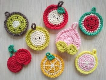 丸いアクリルたわしは、フルーツの輪切り模様を編むとぴったりです。季節によってフルーツを替えて編んでも楽しそう。