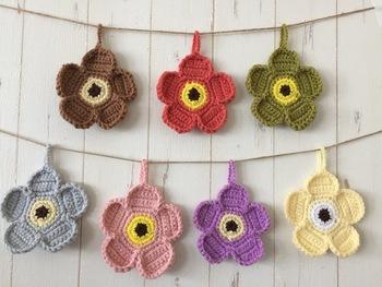 好きな色を使ってたくさん飾っても素敵な、お花のデザイン。どことなくマリメッコのウニッコ柄を思い出します。
