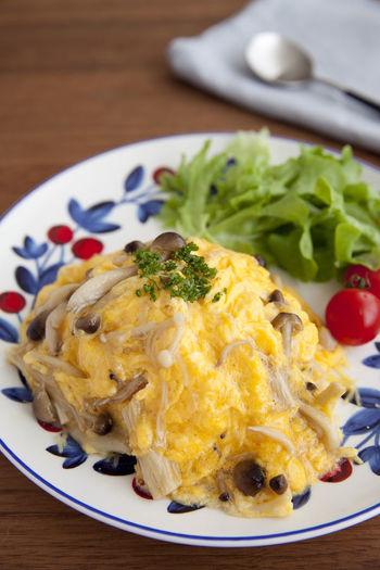 例えば卵に混ぜて、手軽にこんな素敵なオムライスも!その他にもトーストにのせたり、出汁のいらないきのこ汁などのアレンジも。ぜひ参考にしたいですね。