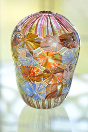 ムラーノ島は、「ヴェネツィアン・グラス」の産地として非常に有名です。鉛を含まないソーダ石灰を使用して作られているのが特徴で、さまざまな美しい色彩を表現することができます。