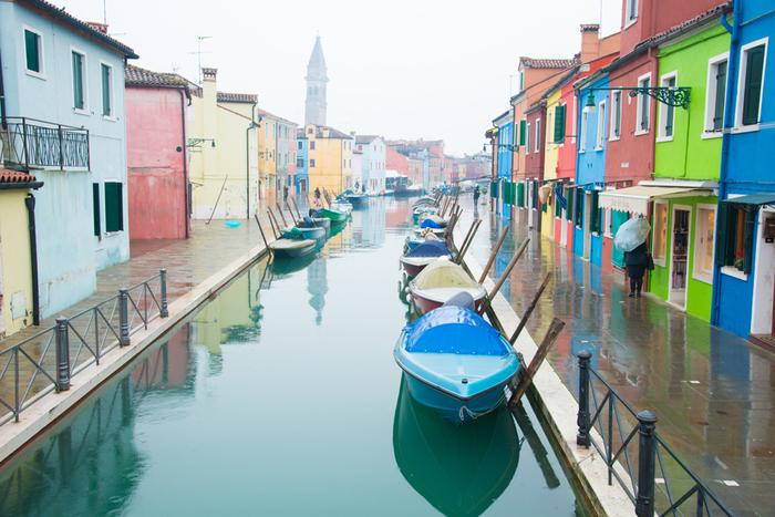 ベネチア本島の北東部に、「ムラーノ島」と「ブラーノ島」という2つの島があります。水上バスに乗らなければアクセスできない、少々不便な場所にあるのですが、実は多数の観光客が訪れる人気スポットなんです。