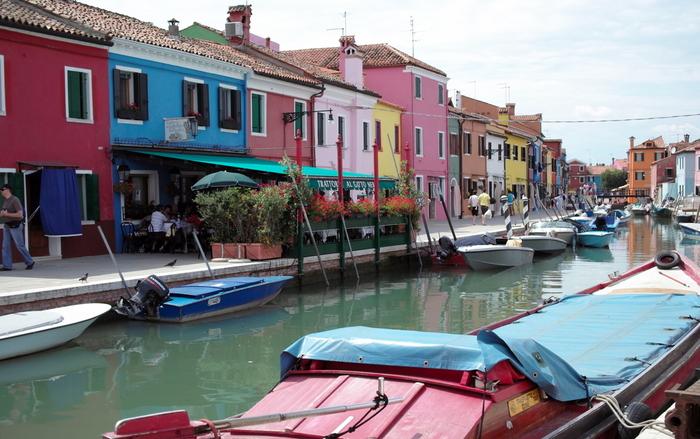 ブラーノ島の特徴といえば、ピンクやブルー、イエローなどのさまざまなカラーで彩られた、カラフルでかわいらしい街並みです。漁師たちが霧が深い冬でも自宅に迷わずに戻れるようにと、自宅を目立つ色で塗ったことで、このような街並みが作られたといわれています。
