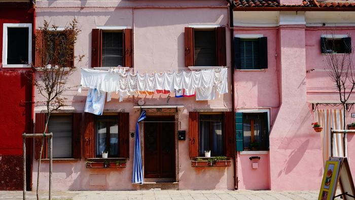 洗濯物までおしゃれに見える、ブラーノ島の街並み。とても小さな島なのですが、フォトジェニックな風景ばかりなので「1日中いても飽きない!」という声も多いそう。