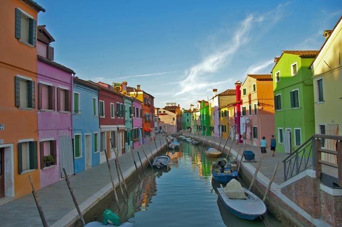 イタリア・ベネチアにある2つの小さな島、ムラーノ島&ブラーノ島についてご紹介しました。美しいヴェネツィアン・グラスやカラフルでかわいい街並み、繊細なレース編みなど、たくさんの魅力に溢れている島々です。イタリア旅行をする際は、ぜひこちらにも足を運んでみてくださいね。