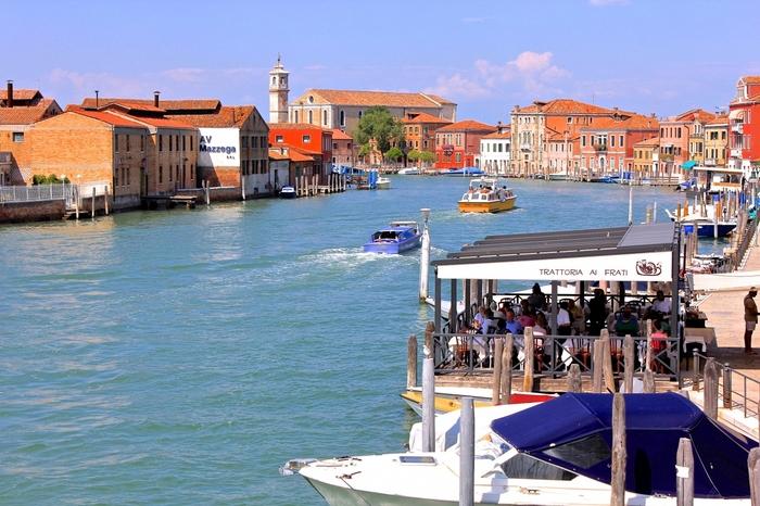 イタリア・ベネチア本島の北東部に位置する「ムラーノ島」。人口は約6,000人で、運河によって7つの島に分かれています。島同士は橋で繋がれており、自由に行き来することが可能です。