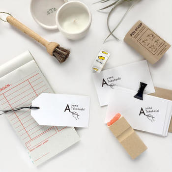 オーダースタンプなら世界に一つのイニシャル/ネームスタンプが作れます。家族全員分作って、それぞれのものの置き場所にこのスタンプで作ったラベルやタグを貼れば、統一性のあるおしゃれな収納に。もちろん手紙やちょっとしたメモに押すのも素敵ですよ。  スタンプパッドを布や紙・ツルツルした面にも押せるタイプを選ぶと汎用性が広がって便利です。