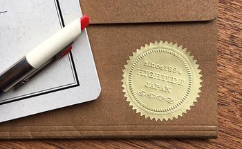 オリジナルをオーダーできるエンボッサー。お好きな紙やシールにエンブレムを刻印できます。お店のショッパーなどはもちろん、プライベートでも活躍します。 名前やフレームをエンボッサーでオーダー、紙やシールにエンボス加工すればオリジナルのラベルが出来上がります。