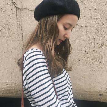 つばがない分、いかようにもかぶれるのがベレー帽の良いところ。軽くウェーブがかかったロングヘアに、黒いベレー帽を軽くのせて。おでこを出すと、表情もすっきりして見えます。
