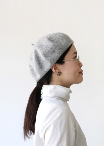 後ろに1つ結びしてからベレー帽をオンすれば、凛とした雰囲気でまるでアーティスト気分♪今日のコーデはシンプルすぎるかな?というときこそ、ベレー帽に助けてもらいましょう。