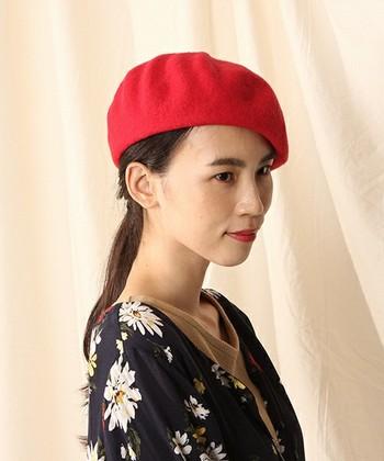 左右、どちらか斜にしてかぶると小粋な雰囲気に。モードなファッションにもぴったりです。カラフルなベレー帽は顔周りを明るく、華やかに見せてくれる効果も。