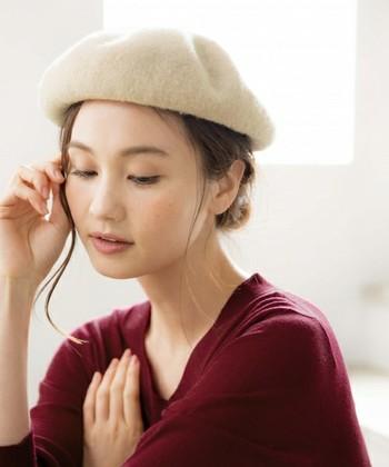 無造作なまとめ髪のアクセントにも◎ナチュラルな雰囲気が素敵です。帽子から出す髪の毛は、左右非対称にすることであか抜け感アップ!
