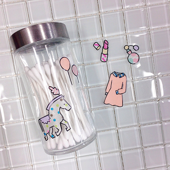 透明感のあるシールができるから、瓶に貼るとこんなにかわいく。オリジナルのケースの完成です。
