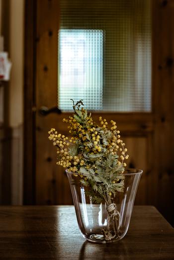 茎が短めのドライフラワーは、背の低いグラスに挿してテーブルのアクセントに。