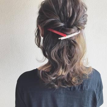 ミディアムさんなら大きめのヘアアクセサリーを留めるのもお似合いですね♪結び目をキープしてくれるのはもちろん、アクセントになってアクセサリー次第でいろいろな雰囲気を楽しめます。
