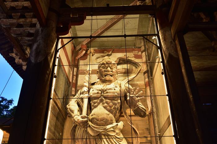 南大門には、二体の巨大な金剛力士像があります。口を開いている力士は、阿形(あぎょう)。