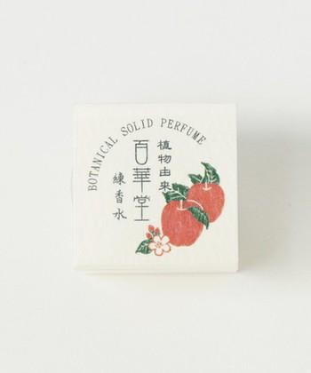 和の雰囲気がかわいいカヤの百華堂練香水。ビタミンE配合の肌に優しい成分なので安心です。りんごや柚子、椿はこれからの季節にもおすすめ。ふんわりとした柔らかい香りが魅力的です。