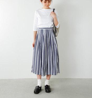 シンプルな白のロンTに、ストライプ柄のスカートを合わせたコーデ。シンプルにまとめている中でも、ストライプのおしゃれさがきらりと光っています。