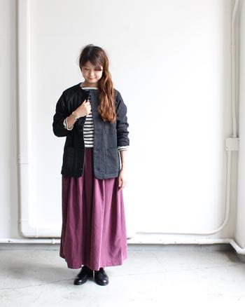 これからの季節の羽織りに、ノーカラーのジャケットは大活躍してくれます。PURPLE(パープル)×BLACK(ブラック)の色合わせはピリッと大人っぽい着こなしを可能にしてくれます。
