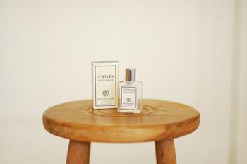 クラシックな雰囲気が漂う、エリザベスダブリュー の「ベティベール オードパフューム ミニ」。ほのかな甘さのウッディ―な香りは空気が澄んでくる秋の季節によく似合いそうです。