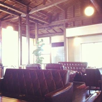 三軒茶屋から徒歩約5分の場所にあるカフェ。天井が高くて開放感たっぷりの秘密の納屋といった感じのカフェ。