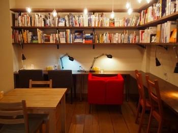 落ち着いた店内には自由に読める本がたくさん!もちろん自分の本を持ち込むのもOKです。