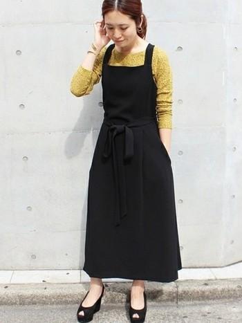 BLACK(ブラック)のジャンパースカートがメインのコーデには、華やかMUSTARD YELLOW(マスタードイエロー)のカットソーを合わせて。華やかカラーに抵抗のある方は、色の配分を少なめにしてみてくださいね。