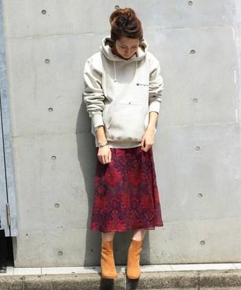 人気のリバースウィーブパーカーに大人っぽい花柄のスカートを合わせたミックスコーデ。RED(レッド)×GRAY(グレー)のチャーミングな着こなし。