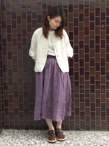 シックなPURPLE(パープル)のシャーリングスカートには、清潔感のある白を合わせて調和させます。こちらは、洗練された品のあるナチュラルコーデを作れるカラー同士の組み合わせです。