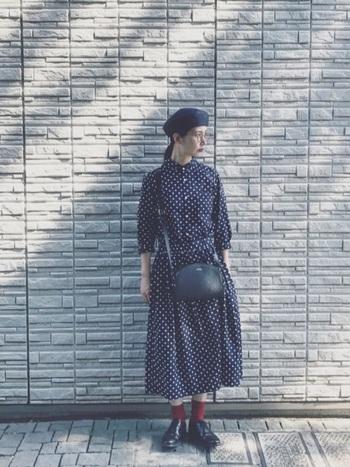 レトロな水玉模様のロングワンピースに、クラシカルなベレー帽をプラスしてお嬢さんスタイルに。シックなスタイリングは、足元にカラーソックスを合わせて、遊び心をプラスしても◎