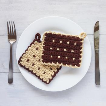 甘い香りがしてきそうなクッキーがモチーフのアクリルたわし。お皿に置けばおやつの時間が来たみたい!