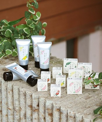 練り香水のほかにもハンドクリームやリップバームなど乾燥する季節に嬉しいシリーズが揃っています。プチプラなので、香りを揃えて持つのも良いですね。