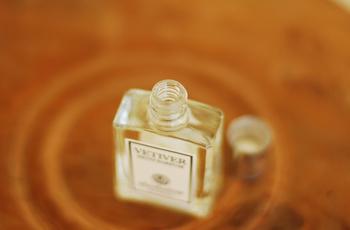 イネ科のベチバーと呼ばれる植物からとった、濃度の高いオイルは香りの持続も良く、すっきりとした香りが長続きします。小さなサイズの香水ですが、とってもおしゃれなので思わず見せたくなりますね。