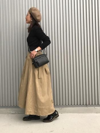 ボリュームのあるチノスカートと、同じ色合いのベレー帽を揃えたコーデ。トップスや靴、バッグをブラックでまとめれば、あっという間に秋にぴったりの、すっきりスタイルの完成です。