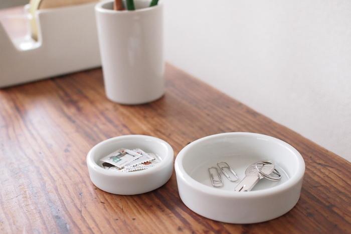 デスクではクリップやピン入れとして、お化粧台ではアクセサリー入れとして、家中どんな場所でも使って頂き易いトレイです。